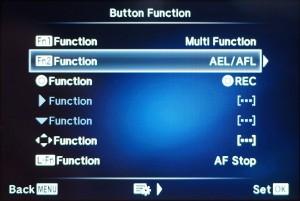 """(1) Die autom. Belichtungs- bzw. Fokussperre tauscht mit """"Multi Function"""" den Platz"""